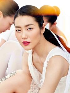 刘雯一身白衣素雅清净拍摄时尚大片