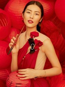 刘雯拍摄新春主题大片写对联贴窗花