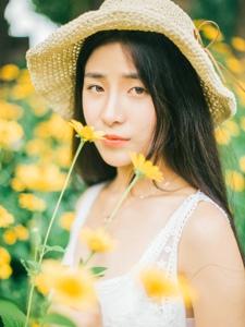 夏日草帽美女向日葵阳光温暖舒适