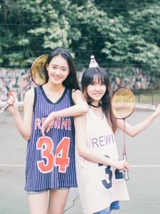 清新姐妹操场羽毛球运动写真青春活力