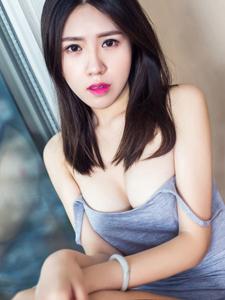 文艺范美女筱溪吊带衫爆乳写真