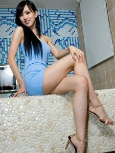 浴室内的漂亮腿模Sara抹胸嫩肤长腿诱人