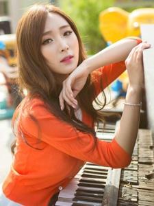 清纯美女钢琴随唱阳光气质撩人写真