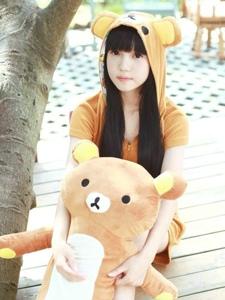 可爱小熊少女阳光之下的俏皮呆萌写真