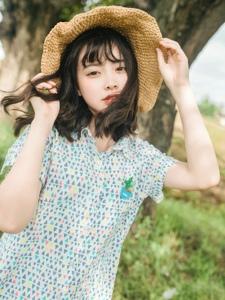 清新原野外的草帽洋娃娃般美少女