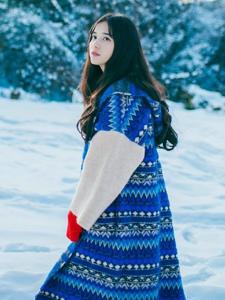 雪地上的漂亮森系美女耀眼丽人