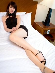 黑色礼裙美女Joanna长腿床上风情万种