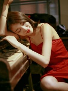 昏暗私房內的紅裙嫵媚女神氣質迷人