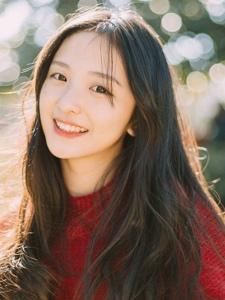 秋日清新美眉身穿红毛衣甜美气质户外写真