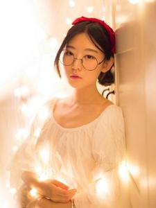 灯光舒适眼镜少女文静柔美写真