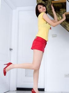 短发美女Vanessa红色短裙白嫩美腿