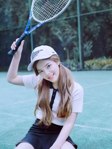 可愛雙馬尾棒球帽少女操場網球活力寫真