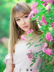 花朵中的清新氧气美女温馨宁静阳光照人