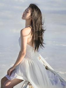 蓝天白云下的美背女神气质轻盈起舞