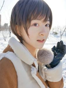 帅气短发小妹冬季阳光之下的雪地甜美身影