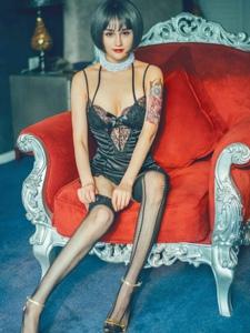 混血纹身美女情趣蕾丝透视网袜秀修长细腿