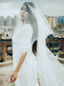 天臺上的白裙蕾絲長裙女王冷艷高貴