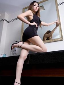 紧身黑裙腿模Vanessa肥臀长腿勾魂