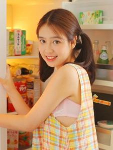 厨房内的可爱双马尾冰激凌甜蜜妹子