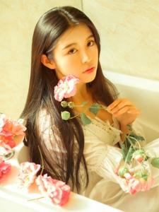 私房美女温馨沐浴与花瓣的甜美相约写真