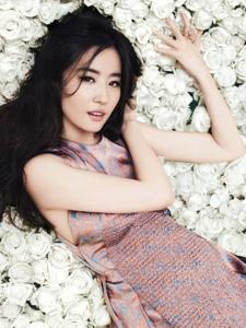 刘亦菲变身花丛中的花仙子演绎时尚大片