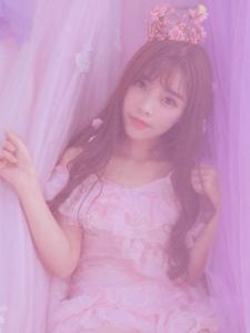 粉红朦胧私房内的甜蜜美女吸睛