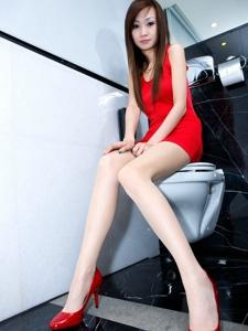 浴室内的红衣美女Abby白嫩大腿性感美艳