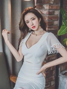 白净长裙蕾丝引诱李妍静魅力写真