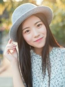戴时尚沿边帽的温婉美女阳光甜美脸庞治愈人心