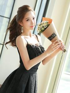 捧花少女黑色短裙气质优雅