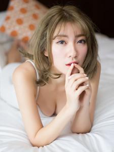 性感养眼美女私房吊带床上诱惑