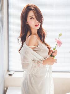 睡衣美模性感白纱遮体诱惑写真