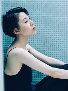 浴室内的短发吊带黑裙美女白嫩美肤