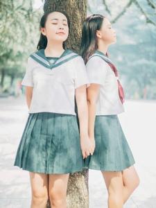 校园内的纯真姐妹花可爱相伴一生