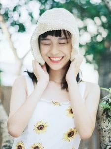 夏日清凉连衣裙少女笑颜灿烂迷人