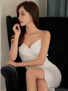 深V吊带裙女神包臀群勾勒完美身材