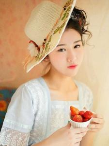 甜美迷人草莓女神私房粉嫩温馨写真