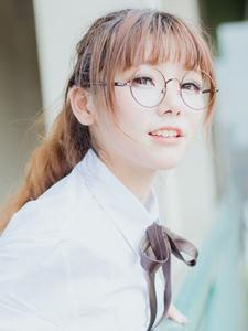 清纯学生装美女迷你短裙眼镜阳光迷人写真