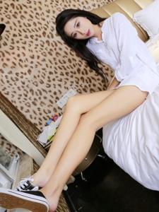 床上白衬衫美男纤瘦长腿滑腻美肤
