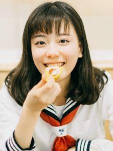 笑容甜美的制服少女户外旅拍天真活泼写真
