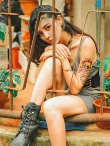 另类个性纹身美女精致立体五官