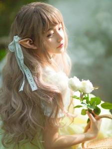 丛林里的梦幻甜美精灵少女