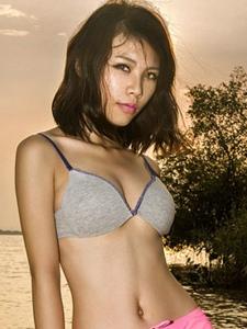 性感御女郎黄昏浅滩粉色热裤比基尼写真
