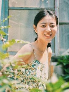 院子内的吊带碎花裙阳光笑容迷人