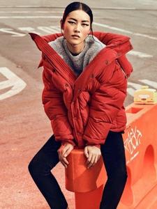 刘雯受邀登上杂志封面诠释街头高定的风格