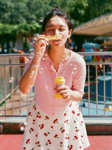 游乐场内的丸子头青春美少女嬉戏玩耍