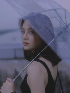 雨天凌晨天台上的气质美女侧颜美丽