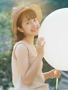 阳光下的明媚少女笑容甜美灿烂