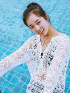 泳池内的丸子头随性自然美女明媚笑容