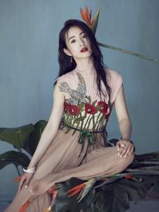 林依晨登上时尚杂志封面气质优雅